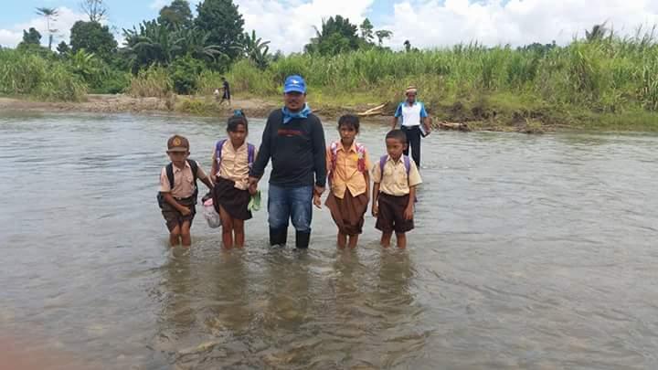 Hari Anak Nasional, Legislator PAN Matra Sebrangi Sungai Bersama Siswa di Desa Pakava Matra