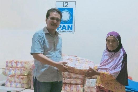 Sisihkan Gaji, Ketua PAN Jeneponto Bantu Ratusan Janda dan Duda
