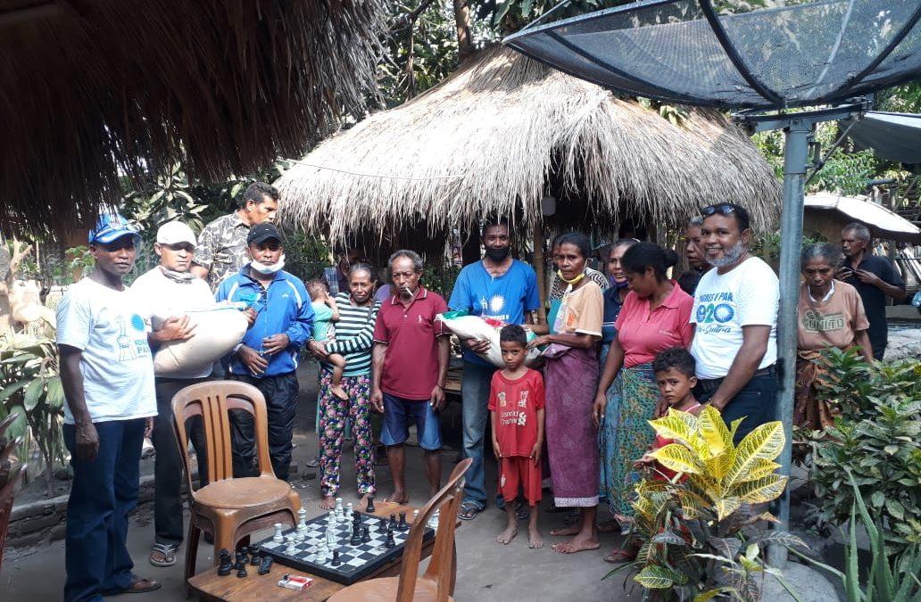PAN Lembata Bagi 1 Ton Beras untuk Pengungsi Ile Ape